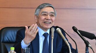 日銀総裁は会見で「笑顔」を見せなくなった