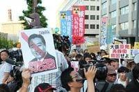首相官邸前で15万人の大規模デモ、原発再稼働に抗議、福島からも駆けつけ