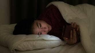 「真っ暗な部屋でベッドでスマホ」が最悪な理由