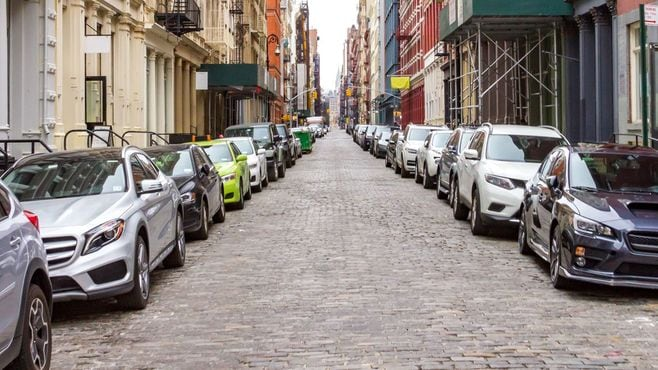 わずか10cmの車間に収める「NY」の路駐事情