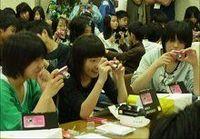 「人の優しさを見つける」ため、飯舘村の子どもたちに三菱UFJリースがカメラ200台を贈る