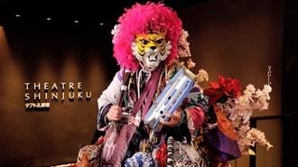 新宿を「虎のお面」で新聞配達する71歳の正体