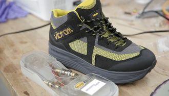 両足で20ワット!歩いてスマホ充電の新技術