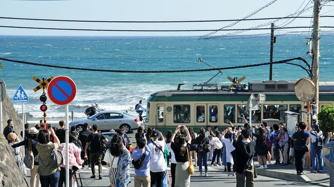 大混雑の「江ノ電」は社会実験で快適になるか