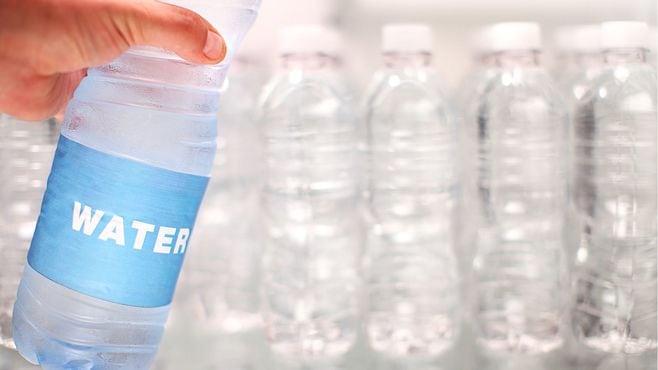 衝撃!水と一緒にプラスチックも飲んでいた