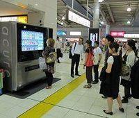 「駅ナカ」起点の飲料自販機革命、JR東日本グループの次世代機に熱視線
