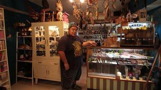 38歳、大阪で「魔女を名乗る男」の非凡な人生