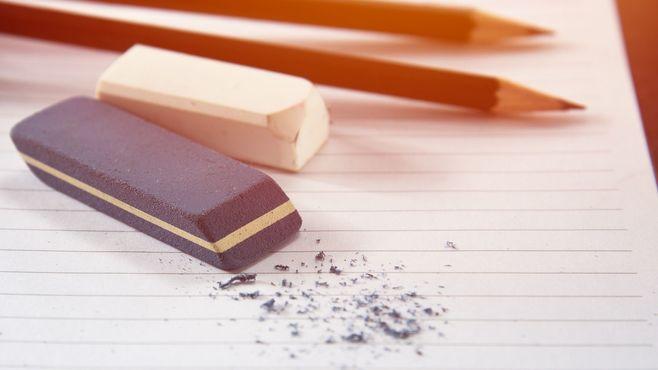「消しゴム」はどうやって字を消しているのか