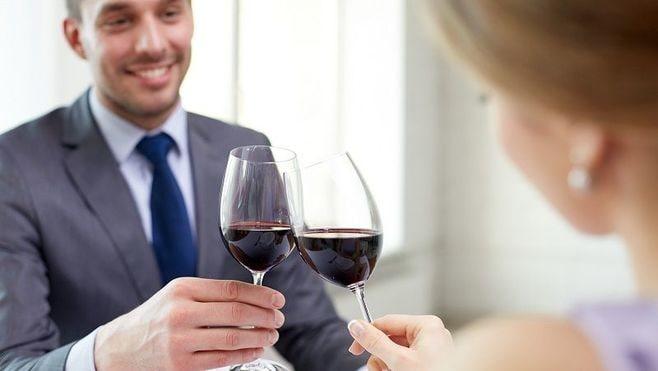 素人丸出し!ワインの席で実は「余計」な行動