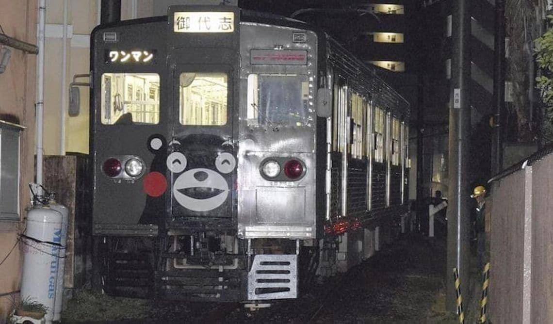 「くまモン電車」出発直後に脱線、踏切塞ぐ乗客は路線バスに乗り換えて目的地へ マネブ