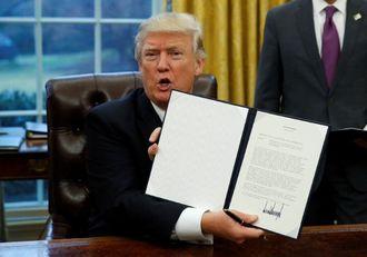 トランプ氏、「TPP離脱」の大統領令に署名