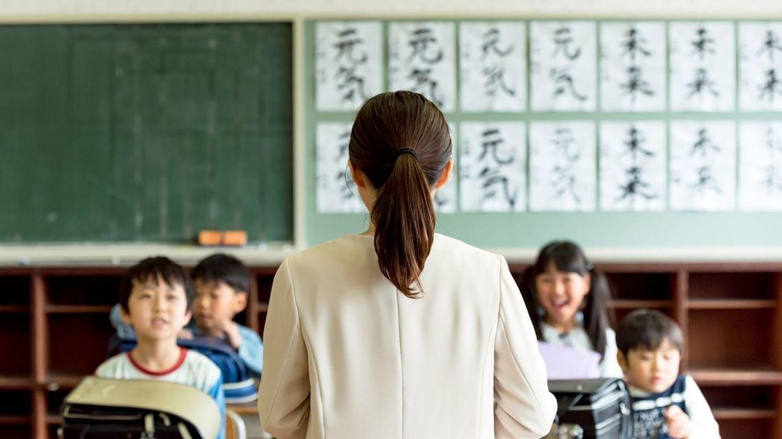 """小学校教師を「がんじがらめ」にする悪習の正体style=""""display:"""