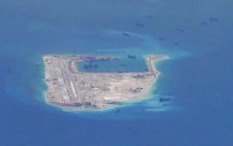 中国空軍、南シナ海で爆撃機の離発着訓練