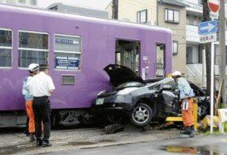 京福電鉄で踏切事故、電車とタクシーが衝突