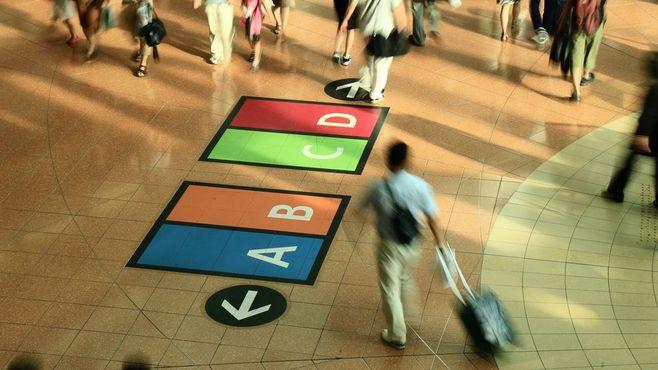 駅や列車で深刻化する「キャリーバッグ」問題