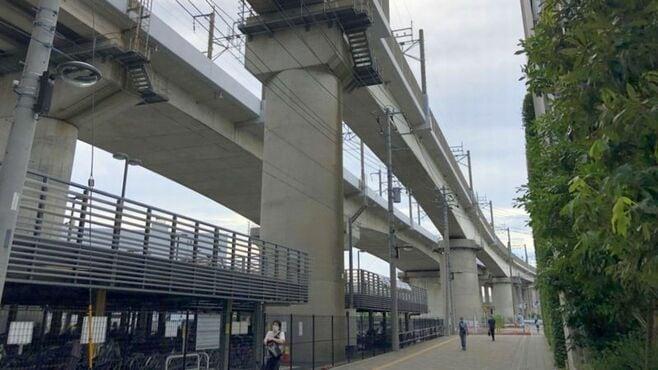 なぜこんな高さに?「高すぎる」線路と駅の謎