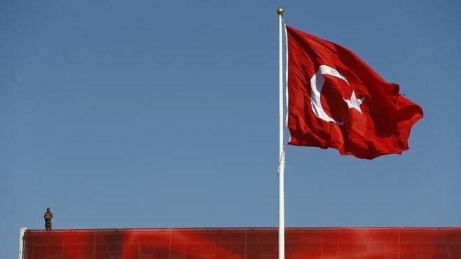 トルコは民主化と独裁の分岐点に立っている