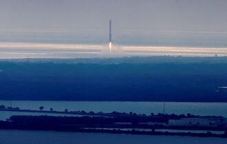米スペースX、民間初の月周回旅行を来年実施