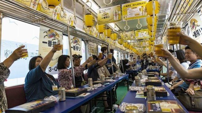 京急「いつもの電車内でビール」の非日常感