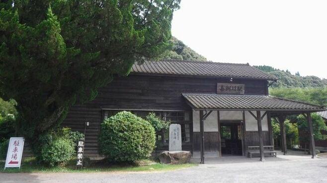 レトロな木造「嘉例川駅」は空港アクセス抜群だ