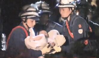 熊本地震、倒壊した住宅から赤ちゃん救出