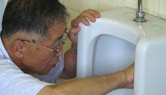 81歳創業者は、なぜトイレを素手で磨くのか