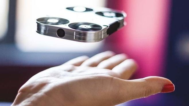 「空飛ぶカメラ」で自撮り棒はいらなくなる?