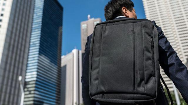 新入社員の中には就活時代から使っていたビジネスバッグを卒業して、「リュック」に挑戦したいという人もいるだろう。ビジネスシーンで使えるリュックの選び方とは(写真:Graphs / PIXTA)