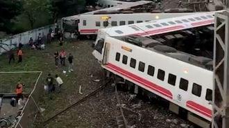 台湾で8両編成の特急が脱線、多数の死傷者