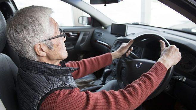 高齢ドライバーの免許返納、進める手はある