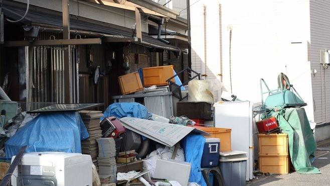 ゴミの中で孤独死寸前、元会社員が陥る危機