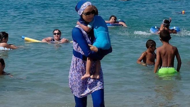 なぜフランス人は「イスラム水着」を嫌うのか