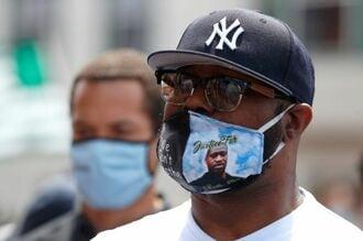 黒人男性の拘束死、白人警官による殺人と断定