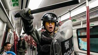 香港デモ、地下鉄「乗客攻撃」と駅破壊で大混乱